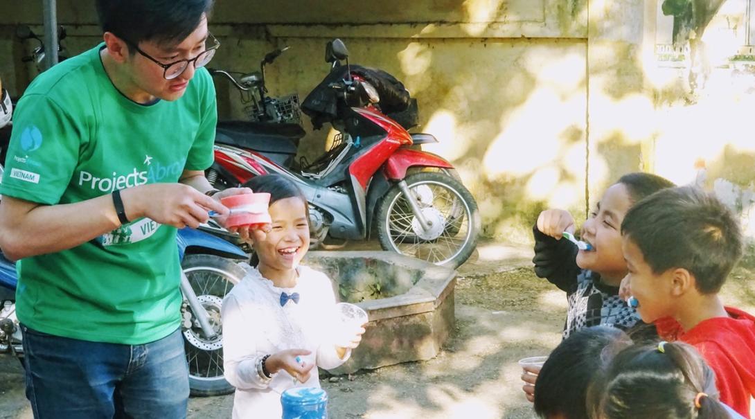 ベトナムで現地の子供たちに歯磨き指導を行うチャイルドケアボランティア